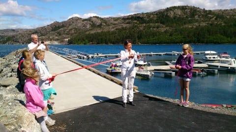 Ordførar Liv Kari Eskeland klyppar snora