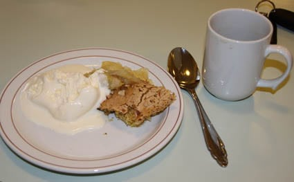 Varm epleform med mandellokk og is. NAM!
