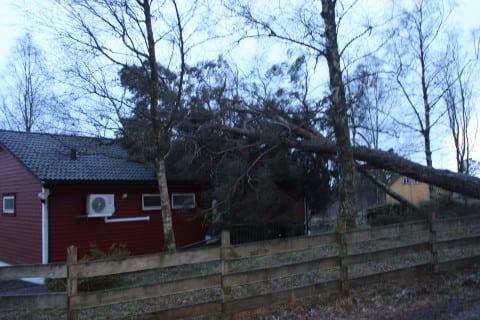 Slik såg det ut etter timar med sterk vind