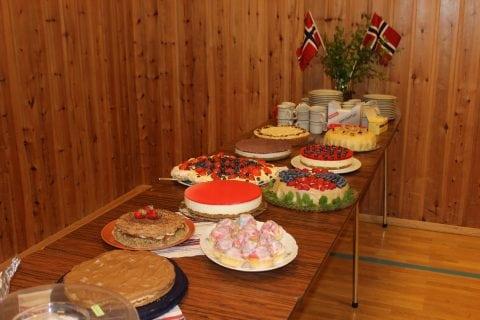 Inga17.mai på Huglo utan et solig kakebord