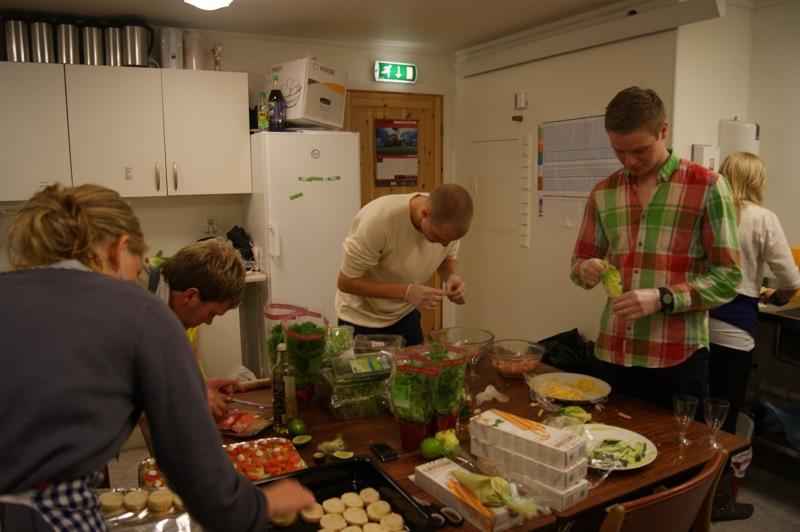 Mykje planlegging og mykje jobb, men ei fantastisk samling flott ungdom! Nokre av ungdommane i sving på kjøkkenet!