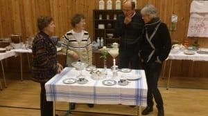 Den flotte duken på det dekka kaffibordet er faktisk vevd av lin dyrka på Røstbø!