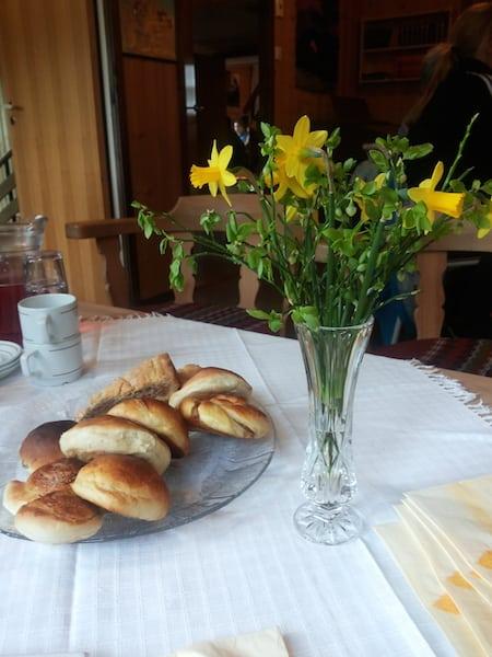 Påskeblomar og mykje god mat