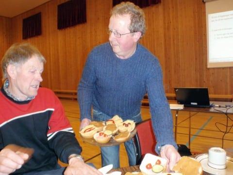 Leiar Øystein Huglen serverer mat