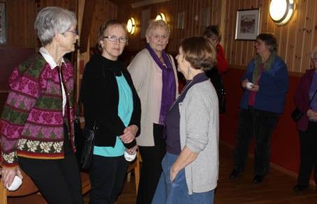 På gamlemåten: Damene i sitt hyrna med gløgg
