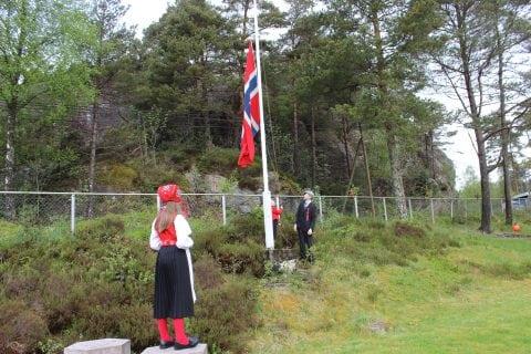 Flaggheising på Huglo