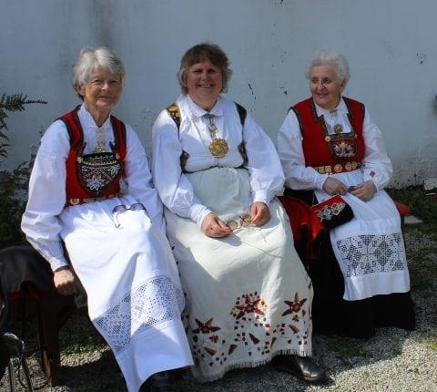 Tre damer på benken, Huglo