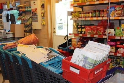 Posten vert sortert oppå fryseboksen i Huglabutikken