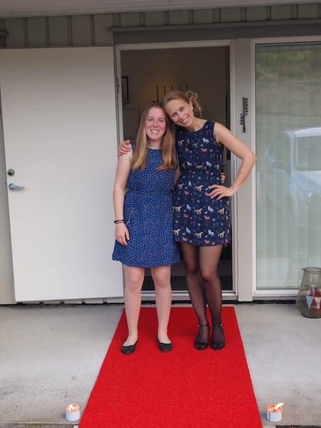 Marie Biringer og Cecilie Anna med hestar på kjolen